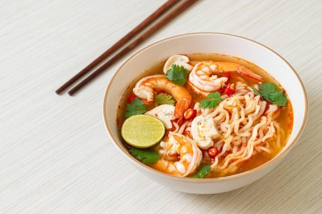 Instant ramyun in spicy soup with shrimps and mushrooms (Photo: Shutterstock)